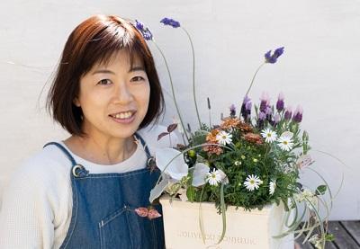戸松 敦子さん  LOVEGREEN編集部で、ご自身で寄せ植えやリースを作成して記事にしたり、ボタニカルピープルなどの取材記事も執筆されています。グリーンアドバイザー、ハンギングバスケットマスター、野菜ソムリエといった多種多様な資格も所有。