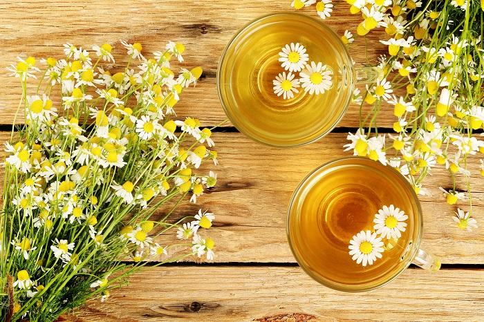 カモミールティーはカモミールの花を乾燥させたお茶です。昔からヨーロッパでは就寝前のカモミールティーには心を落ち着かせ安眠を誘う効果があると言われ、好んで飲まれてきたようです。  カモミールの花の中心の、黄色の部分のみを使用します。洗って乾燥させたら、カモミールの花びらを取り除いてください。  カモミールティー カモミールティーは、ポットにドライになったカモミールを入れ熱湯を注ぎ、少し蒸らしてから飲みます。色は薄い茶色で、ほんの少し薬草を思わせるような香りと、カモミール特有の甘い香りが混じったような、独特な風味が特徴のお茶です。  カモミールミルクティー カモミールミルクティーも人気です。作り方は、乾燥させたカモミールと牛乳を小鍋に入れて、沸騰させないように弱火で煮出して飲みます。ドライのカモミールにダージリンなどの紅茶の葉を少し混ぜるとまた違った香りを楽しめます。カモミールと紅茶の葉の分量はお好みでどうぞ。好きなブレンドの割合が見つかりますように。
