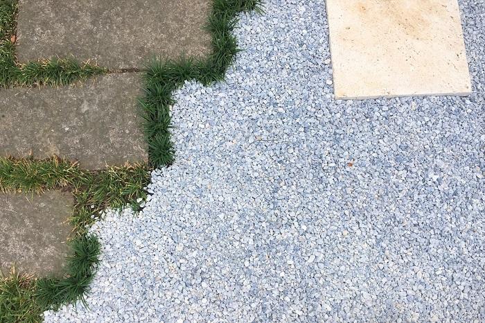 せっかく敷いた砂利の下から雑草が生えると除草作業が何倍も大変ですよね。しっかりとした雑草対策が砂利を綺麗に長持ちさせるポイントです。