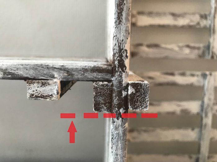 バラした後、すのこの足の部分の板を取り付ける位置は反対側のすのこの足の部分の位置に合わせて取り付けます。赤線の点線の位置で合わせて取付ましょう。
