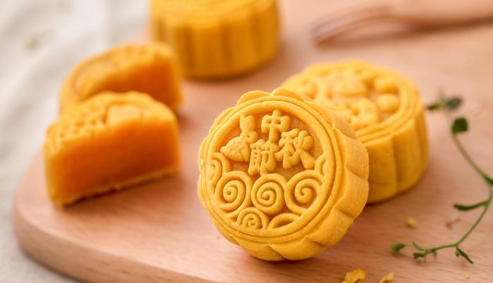 中秋の名月は中国から伝わってきた歴史があります。  中国では中華三大節のひとつである中秋節として春節(中国の旧正月をお祝いする節)、清明節(日本のお盆のようなもので里帰りやお墓参りをする)と並ぶ大きいお祭りとなっています。2019年の中秋節は9月13日~15日の3連休です。中秋節には家族や親しい友人を招き、月餅を食べ、月を見るという風習がありました。現在月餅はその時期の贈答品として定着しています。
