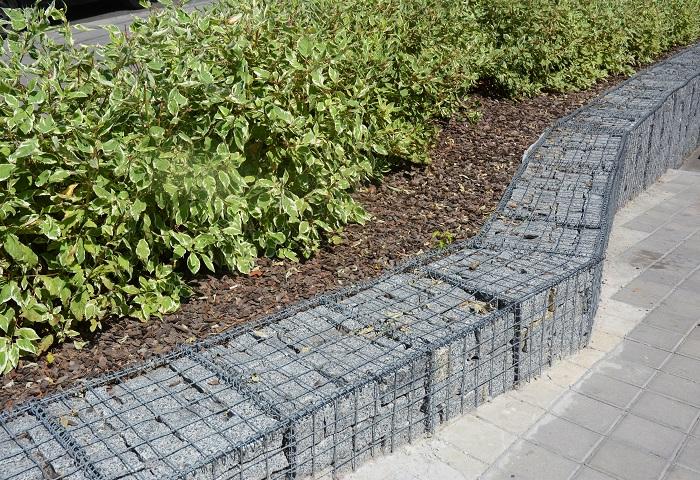 土留めとは文字通り、土砂の流出を防ぐことです。土木工事で使われることの多い用語ですが、ここでは普通のお宅のお庭のお話をしていきます。土留めをすることで、お庭の土が敷地の外へ流れ出てしまったり、花壇の土が流れ出てしまうのを防ぐことが出来ます。  お庭の土留めの種類をご紹介 自宅のお庭で出来る土留めの種類のご紹介です。  ブロックやコンクリートなどで壁を作る。 枕木や木材で壁を作る。 植物の根で土を抑える。 コンクリートやブロック、レンガのような丈夫な資材で塀を作り、土留めにすることも出来ます。木材で作った土留めは、柔らかい印象を与えます。  しっかりと横に根を張るような植物を植えて、植物の根で土を固めて土留めにするという方法もあります。