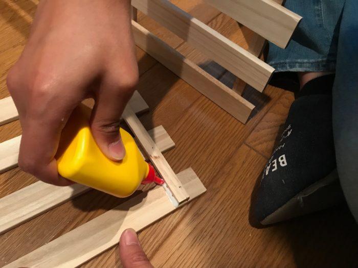 接着面に木工用ボンドで貼り付けて固定し乾かします。