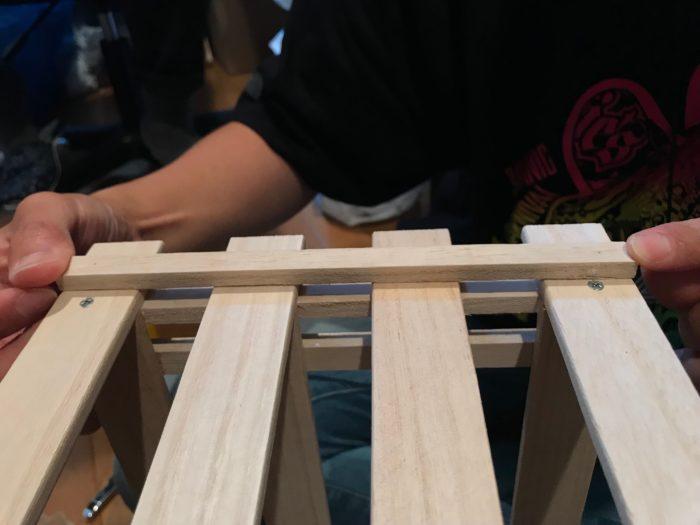 小さい方の板(すのこの足の部分)を最初に作ったに取り付けます。取り付ける位置は反対側のすのこの足の位置と同じ位置に配置します。この板は仕上がり後、カゴを取り付けるフックになる板です。