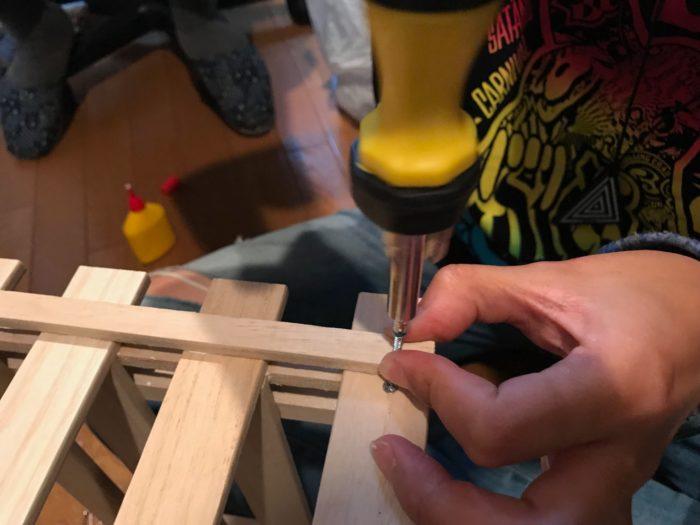 位置が決まったらネジで端と端の2ヶ所を固定します。