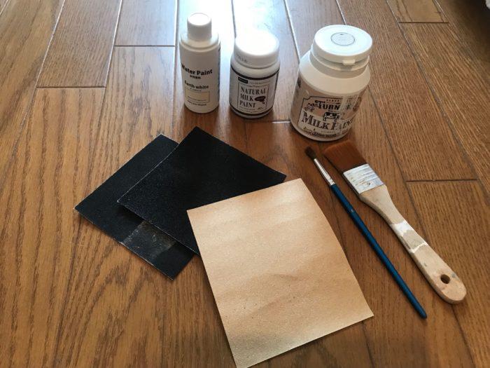 アクリル絵の具3種、筆、刷毛、紙やすり。