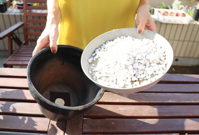 鉢底ネットを敷いた鉢に、鉢底石を入れます。鉢底石の量は、器の高さの1/5程度が良いです。