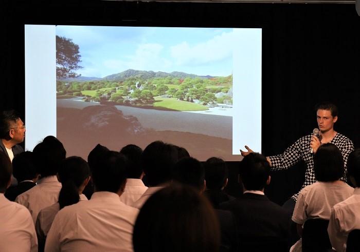村雨さんが日本に興味を持った理由は? スウェーデンで育ち、中学時代の世界史の勉強で日本の戦国時代を学んだ時、武士道の美学に惹かれました。特に上杉謙信と武田信玄の「敵に塩を送る」エピソードが印象的で日本に強い憧れを持ちました。日本の中から見ているとなかなか気づかない、日本にしか無い日本の良さ。日本という国は決して自己主張はしないけれど、日本文化は西洋から見た時に本当に魅力的なんです。そのことをもっと日本の皆さんに知ってほしいと思い、ゆくゆくは日本の伝統文化を伝える仕事に就きたいと思っていたのですが、求人紙を見ていたら近所の造園会社の募集があり、造園って何だろうと調べたら、日本庭園を造ることにつながっていることがわかり、その会社に入ることに決めました。
