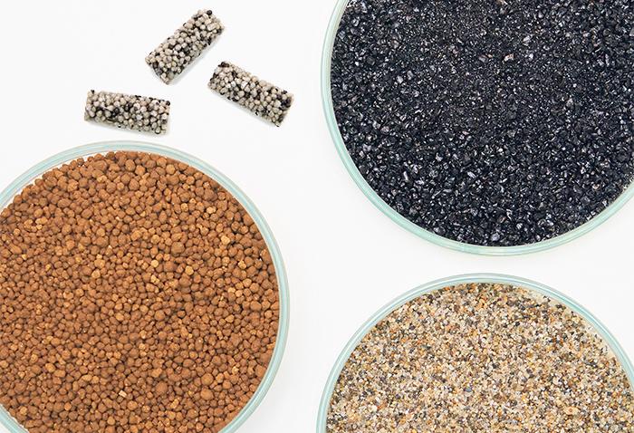 固形肥料と土、砂