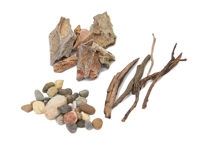 石(松皮石)…大、中、小とサイズは変える、流木