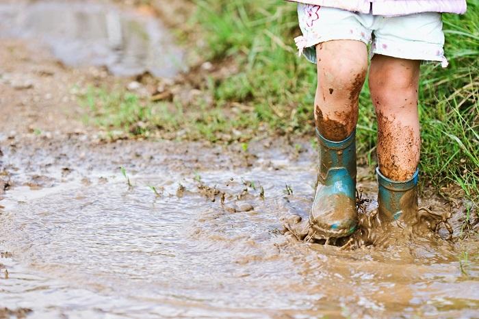 雨の増える季節、お庭の困りごとと言えば泥、ぬかるみです。雨でぬかるんだお庭には出たくありませんよね。それが玄関アプローチだったら尚更です。毎日のお出かけ、帰宅のストレスになります。  雨などで流れ出す土を防止する土留め。土留めって具体的に何のことを指すのでしょうか?