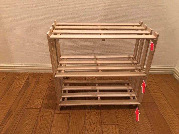 ②コの字に配置したら・・・真ん中の棚になる位置のすのこと天井の面になるすのこを配置します。組み立て方のポイントは上の写真の様に下駄に引っかける様に組み立てます。