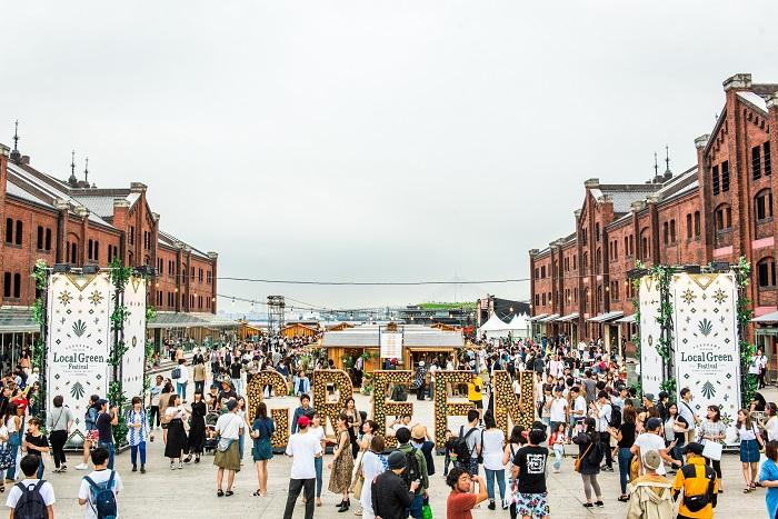 MUSIC(音楽)、GREEN(緑)、WATER(水) をテーマに、海風を感じる最高なロケーションのライブと日本最大級のグリーンマーケットが楽しめるフェスティバル。 「Local(地元の)のGreen(緑)を大切にしよう」それがLocal Green Festivalのコンセプトです。