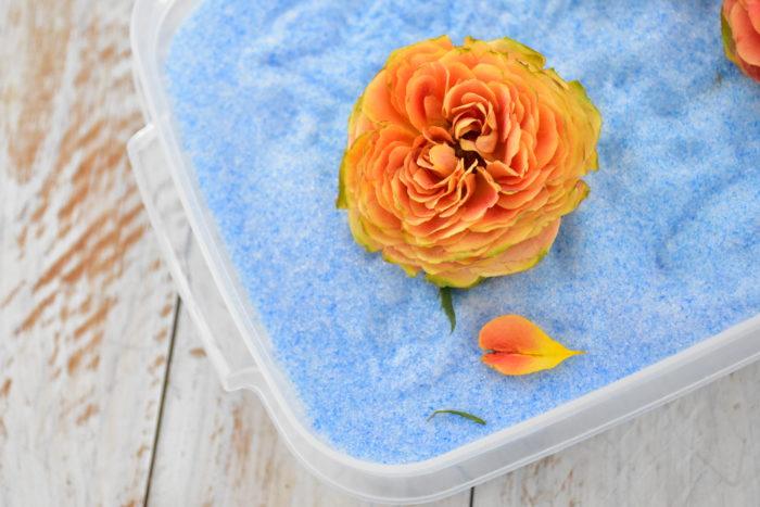 花びらの中にもシリカゲルが入っているので、逆さにしてシリカゲルを落とします。出来上がったバラのドライフラワーは衝撃に弱いので、取り出すときは優しくそっと扱いましょう。