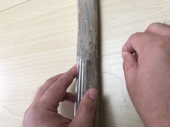 試験管を取り付ける位置が決まったら、試験管を流木にワイヤーで止めます。