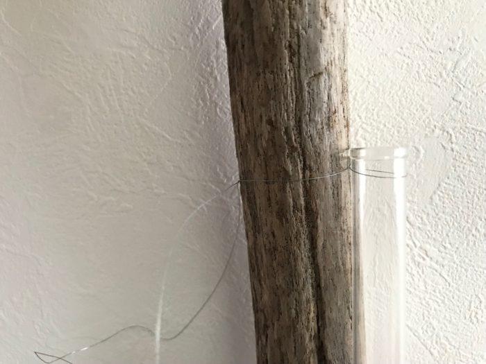 流木にまきつけたワイヤーの長すぎる所をニッパーや金属が切れるハサミなどでカットしたら完成です。