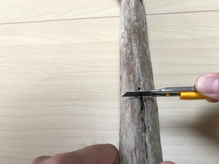 位置を決めたらワイヤーを固定する位置に試験管を取り付ける裏側にワイヤーと同じ太さの溝をカッターで切り込みを入れておきます。