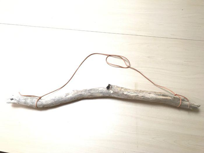 流木に皮ひもを結びます。