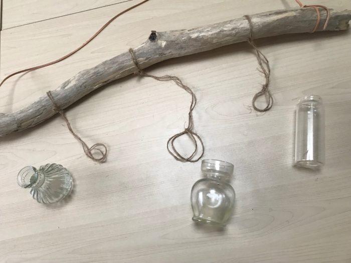 ひばり結びで結ぶと、この様に小瓶の取り外しが自由に出来、水の入れ替えや瓶のお手入れも簡単になります。