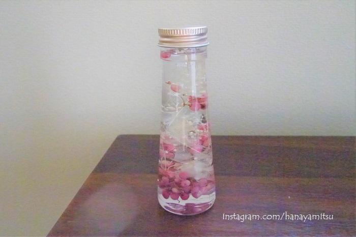 白のプリザーブドフラワーにピンク色のペッパーベリーを混ぜ、ちょっとロマンティックな雰囲気にしました。中に入れるお花の組み合わせ次第でずいぶん雰囲気も変わりますね。