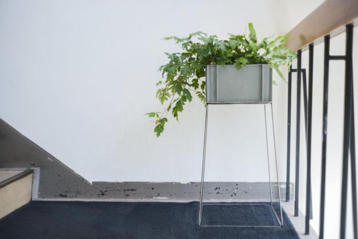 ナガオカ 僕自身とても植物が好きなので、家の中にたくさんの植物を置きたいんだけど、出張が多いからどうしようかと困っていました。出張の時には水を溜めておけて、ベランダと部屋を簡単に移動させられるような、大きな植物棚が欲しいなと。そこでD&DEPARTMENTとしてはロングライフデザインがテーマなので、物流コンテナを使って何か創れないかなと考えました。なぜ物流コンテナかというと、物流の規格って半永久的に変わらないので、途中で廃盤になって作れなくなることがない。そうしてできたのが「Sampling Furniture Container サンボックス」です。