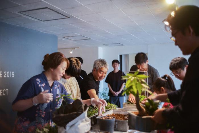 今回のトークショー終了後、garageの二村さんが講師としてサンボックスに植物を植え替えるワークショップが開催されました。ナガオカケンメイさんをはじめ、参加者皆さん思い思いの作品を作られており、とても楽しいワークショップとなりました!