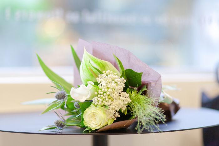 鎌倉駅から徒歩3分。御成通りからひとつ路地に入った裏通りにひっそりと佇む花屋「CHIC FLOWER STAND」。「季節を彩る花々を通して、誰かの人生の一瞬にそっと寄り添いながら、暮らしの中に溶け込んでいけたら」というオーナーの大松和子さんの想いから、今年の7月にオープンしました。