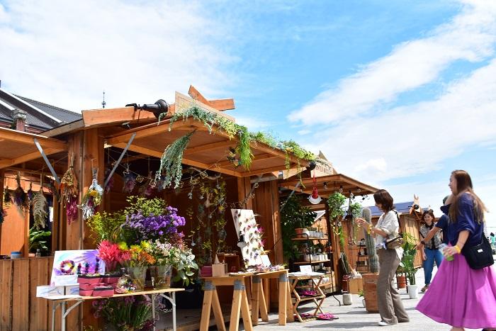 """フラワーアーティストの前田有紀さん率いる移動花屋""""gui""""とメディアパートナーを務めるLOVEGREENが協力してグリーンマーケットに参加!秋にぴったりのドライフラワーアイテムや、フラワーアクセサリーの販売の他、気軽にその場で参加できる花のワークショップも開催しました。"""