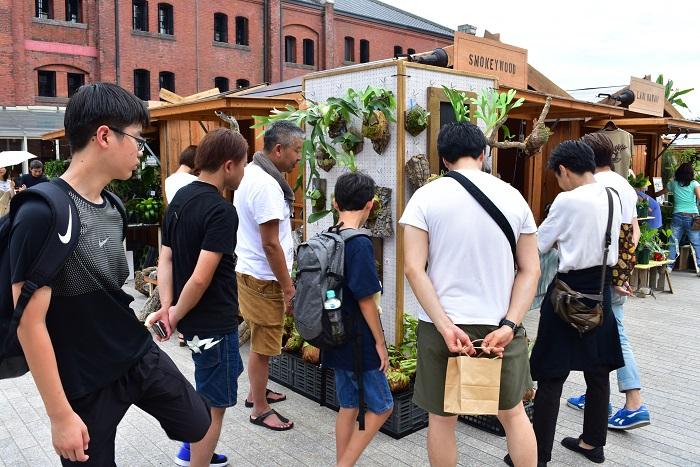 オープン間もないころから野本さんの説明に熱心に耳を傾ける男性多数。野本さんの動きとともに、彼らが動く光景から野本さんの人気がうかがえます。