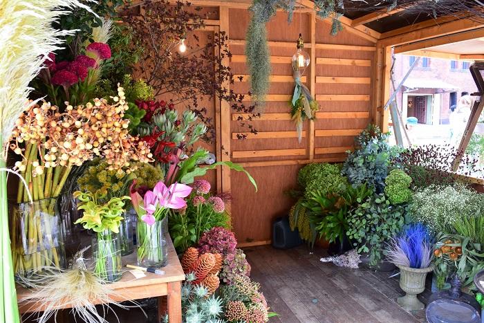 秋を感じさせる花や実をずらりと揃えたirotoiroさん。鮮やかな色彩が目を引きます。