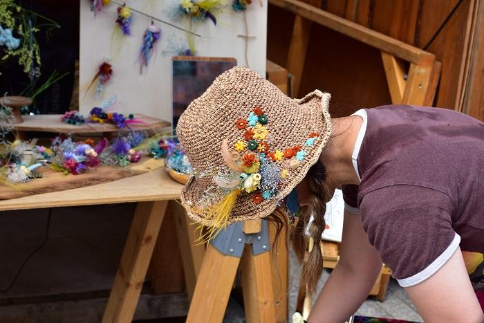 購入したアクセサリーをその場で帽子につけてお持ち帰りのお客様は、帽子とアクセサリーの色合いがぴったり!Tシャツの色とも合って秋らしい色合わせで素敵です。
