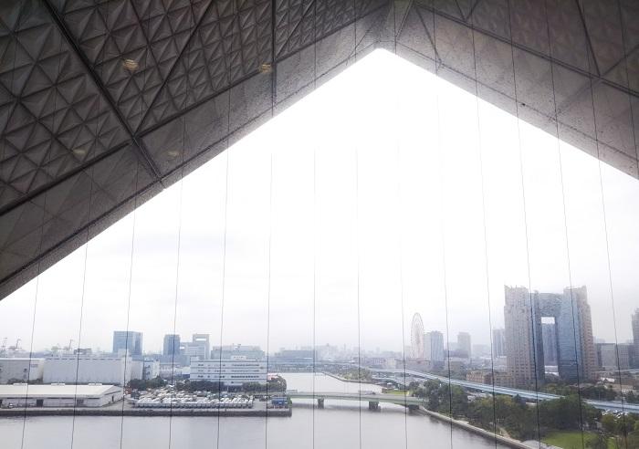 LOVEGREEN編集長の川上が登壇したセミナーは、東京ビッグサイトの会議棟6階で行われました。特徴的な建物の真ん中にある三角窓から見えるのはこんな景色です。建物左側に設置されているエスカレーターで2階から6階までノンストップで上がったのですが、とても長くて外の景色が良く見えて迫力がありました。