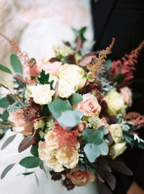 ウェディングブーケの王道、バラのブーケ。バラは春の5月頃に咲くことが有名ですが、秋咲きのバラもあります。秋に咲くバラはニュアンスカラーが多く流通し、大人可愛い花嫁を演出するのにぴったりです。茶色いバラをピンクの花に合わせれば可愛いピンクを大人なピンクのブーケに変身させてしまいます。秋のバラは香りも良いので、式前に緊張した時はブーケを嗅いでリラックスして下さい。