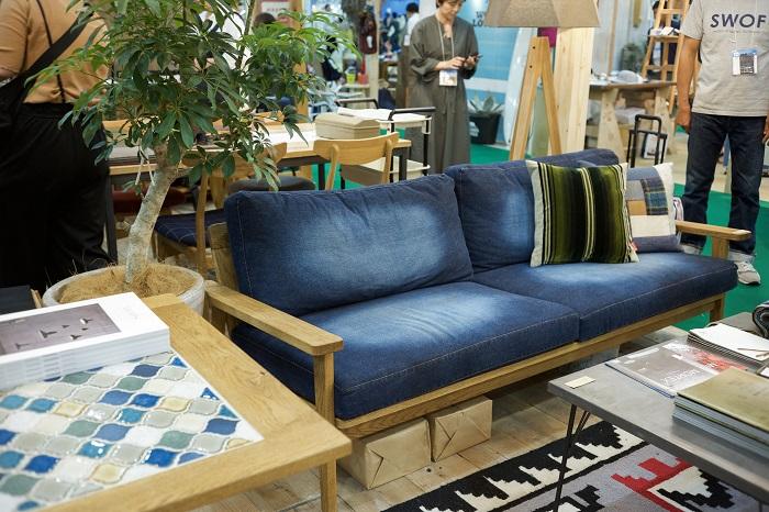 「SWITCH」は、ソファ・テーブル・インテリアを大阪府富田林市の工場で一つ一つていねいに製作しています。営業部の金田さんにお聞きしました!張生地や別注寸法の対応・別注家具の相談もできるそうですよ。素敵なブルーのソファがとても印象的でした。  「SWITCH」のインテリアに植物が添えられることで、インテリアの魅力がさらに上がり、リアルに快適な暮らしがイメージできますね。