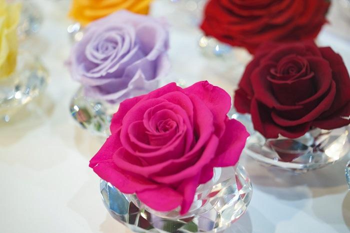 プリザーブドフラワーを知っていますか?プリザーブドフラワーは、特殊な方法で生花を加工した花材で、まるで生花のような美しい色とフレッシュさを長期間(3~5年)楽しむ事ができます。 プリザーブドフラワーはボックスに入ったタイプが人気ですが、ニューヨークでは、同じ色の花を集めたシンプルなデザイン、日本では、メインの花以外に実物を混ぜたりする少し複雑なデザインが好まれるそうです。