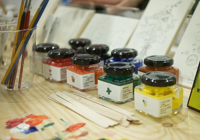 「香の具」は、100%天然のエッセンシャルオイル(精油)と塗料を混ぜ合わせた絵の具で、絵を塗りながら香りを楽しむことができるんです。  香りは、ゼラニウム(あか)、ジュニパーベリー(あお)、イランイラン(きいろ)、パチュリ(みどり)、オレンジ(しゅいろ)、ラベンダー(むらさき)、シダーウッド(ちゃいろ)、ユーカリ(しろ)、ブラックペッパー(くろ)の9色です。  2019年10月中旬から、GRASSE TOKYO公式オンラインストアにて販売開始するそうです。