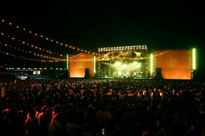 夜になってさらに盛り上がったライブの模様はこちら。秋風と潮の香りと音楽を同時に満喫できるイベントなんて他にありません!