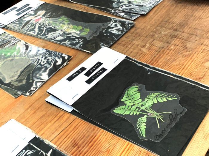 雨林植物などのボタニカルアート作家のmogさん。  mogさんは大阪で開催されるBORDERBREAK!!の常連出店者で、精細に描かれた植物画をステッカーやキーホルダーなどのグッズは、新作が発表されるのを楽しみにしているファン多数。グッズに加工する前の原画も展示され、丁寧な筆致を原寸大で観賞することもできました。