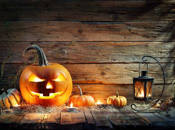 日本でもお馴染みとなってきたハロウィンは「Trick or Treat!(トリック・オア・トリート)」お菓子をくれないといたずらしちゃうぞ~!という掛け声をかけながら、仮装した子ども達が家々を巡ります。この質問には「Treat!(トリート)」や「Happy Halloween!(ハッピーハロウィン)」と返し、「いたずらしないでね!お菓子をあげるから!」とか「ハロウィンおめでとう!」などと答えるのが一般的な答え方です。かわいいオバケさん、幸せをお祈りしてくれてありがとうという微笑ましいイベントです。  ハロウィン由来 ハロウィンの由来は紀元前2千年頃に中央アジアからヨーロッパに渡ってきた、独特な文化や宗教を持つ民族から伝わってきた風習です。古代ケルト民族のドゥルイド教で行われていた収穫祭と新年を迎える行事が起源となっているようです。古代ケルト民族にとっての一年の始まりは11月1日と言われ、その前日の大晦日にあたる日の夜になると、死者の世界から先祖の霊が家族に会いに帰ってくるのをお迎えする風習です。その時に死者の世界から悪霊も一緒にやってきて、子供をさらったり、農作物に悪い影響を与えると言われていたため、悪霊を驚かせて退治するという意味や、仲間と勘違いさせて追い返そうという思いから、恐ろしい仮装をしたり、魔除けの焚火が行われていたようです。その後、ケルト民族のハロウィンの風習はキリスト教に受け継がれ、ヨーロッパからアメリカに伝わって来た時には宗教行事としての意味合いよりも、娯楽としての楽しみに変化し、現在のお祭りとなっているようです。