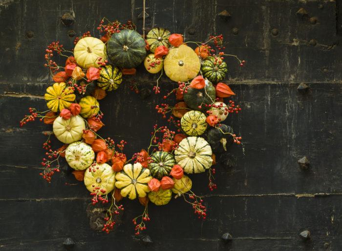 永遠&幸福の象徴といわれるリースはハロウィンでも飾る事ができます。季節ごとにアイテムを入れ替えて変化させるだけでオールシーズン飾れるリースを作る事が出来ます。ハロウィンだけではなく、クリスマスやお正月などにも使える優れものです。  ハロウィンの100均での品ぞろえも増え、100均の材料だけでも作ることができるハロウィンリースの簡単な作り方や飾り方をご紹介します。