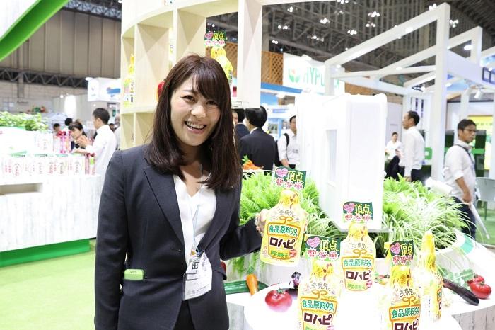 アース製薬は「アースガーデン」のブランドで、初心者にも分かりやすい園芸用品を製造・販売しています。総合企画本部の浜口さんにお聞きしました。  アース製薬の2020年おすすめ製品は、食品原料99.9%の殺虫殺菌スプレー「ロハピ」。  ロハピとは、ロハスとハッピーを合わせた名前で、親しみやすく覚えてもらいたいという想いと、人と地球にやさしいライフスタイルで幸せになってもらいたいという願いが込められています。  食品原料99.9%なのに、アオムシ、アブラムシ、コナジラミ、ハダニ、チュウレンジハバチ、うどんこ病、黒星病にもしっかり効くそうですよ!嬉しいですよね。