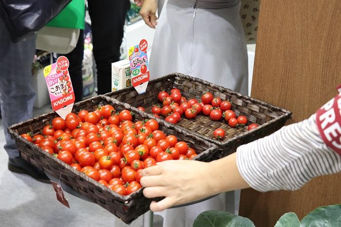プロトリーフは、園芸資材の製造・卸・小売と、造園の設計・施工・管理を行っている会社です。つやつやしたミニトマトに魅せられてプロトリーフのブースに立ち寄り、KAGOMEのミニトマト「こあまちゃん」と「ぷるるん」を試食しました。「甘さ」選抜品種の「こあまちゃん」は、とにかく甘くて美味しい!そして「うす皮」選抜品種の「ぷるるん」は、皮が薄くてまるでさくらんぼ!?お子さんや年配の方にも大好評だそうです。