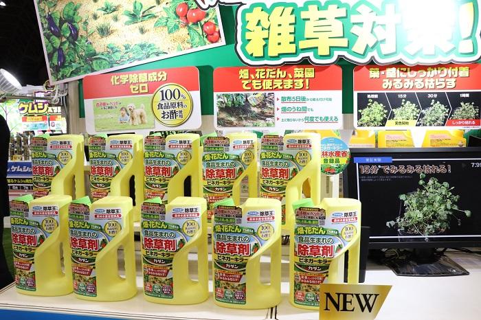 こちらは、カダン除草王シリーズの新製品「ビネガーキラー」です。100%食品原料のお酢を使用した、畑や花だんで使える除草剤です。雑草に困っていても除草剤は不安で使っていない方もいると思いますが、この「ビネガーキラー」は人・植物・環境にやさしい除草剤なのでお子様やペットのいるご家庭にも安心して使えます。  薬剤がかかった植物だけが枯れるので、大切な庭木や草花を枯らす心配も無いそうです。ボトルの口がシャワーになっているので、逆さにしてそのまま雑草にかけられます。