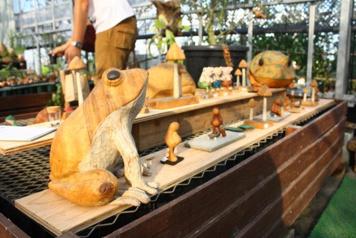 木を彫って作られる、作品の数々。福岡県朝倉市を拠点に木彫りの作品を作る高田さん。木の温かみが溢れる作品が多く、なんだかほっとするものばかりです。削り痕にこだわり、触ったときの柔らかな凹凸が心地よさを与えてくれ、手彫りならではの味わいがあります。そんな温かな作品の中でも人気者のムー。ぽってりしたお腹が特徴の人形で、みんなから愛されるcocontasのキャラクターです。スケートボードや薪割り、時には自分より大きなものを持ち運んだり、色々な表情を見せてくれるムー。一目見たら虜になってしまいます。