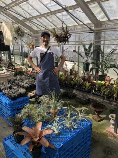 画像提供:ON THE PLANTS  ブロメリアを中心に取り扱うSatoshi's Nurseryさん。Satoshiさんが育てる植物を実際に手に取って見れる機会はこのイベントだけの、超レアなブースです。特におすすめのネオレゲリア。発色が良く様々な模様が入ったものや、姿かたちも綺麗に整った、とても質の良いネオレゲリアが並んでいました。日光や風、水が大好きなブロメリアは生育条件により徒長や発色が悪くなってしまったりと、初心者には管理が難しい植物だけど、その魅力をもっと広めたいと仰っていました。
