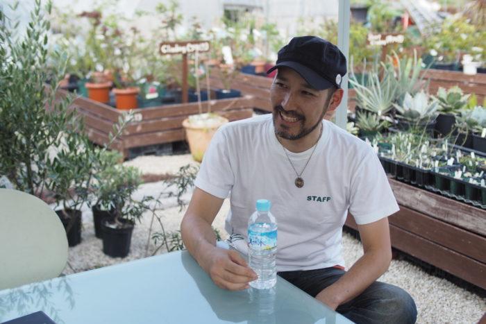 ON THE PLANTS開催のきっかけは、九州では関東や関西で見られるような植物の専門が集結したイベントが少ないと感じたことだったそう。元々知り合いだったお2人、九州でもイベントをやろうよ!とSatoshiさんが石井さんに言ったのが始まりでした。関東を拠点にしている石井さんは、本業で植物を販売したり様々な植物イベントに出店している経験を生かして、イベント主催に関わる地盤を整えてくれたそう。Satoshiさんのアイディアと石井さんの行動力で、とんとん拍子でイベント開催が決まり4年前の2015年に初開催となりました。  初となるON THE PLANTS第一回目は石井さんとSatoshiさん、Plant's Workさんの商品(その日はたまたま別イベントに参加していたので商品だけの提供)で行われました。塊根植物、ブロメリア、ハオルチアの3つの植物で開催したイベントが大盛況となり、その後も毎年1回定期開催するようになりました。