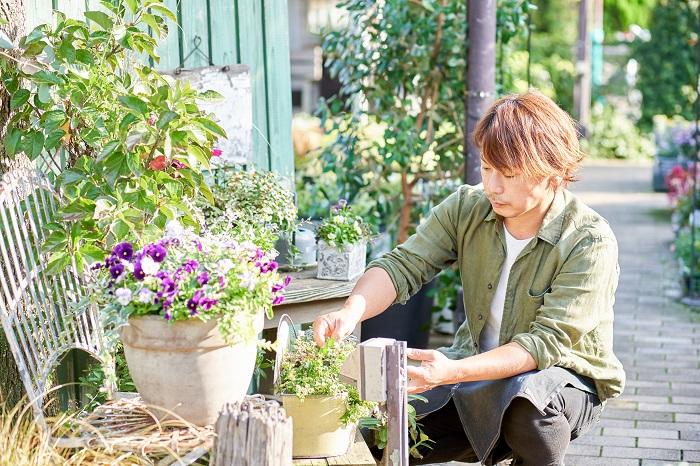 埼玉県さいたま市にあるフローラ黒田園芸に勤務し、店頭に立って入荷した商品の値付け、陳列、手入れ、レジなど一通りすべてやってます。何よりお店を大切に考えていて、お客さんに喜んでもらえるようにお店をいつもきれいにしておくことに力を入れています。「園芸家」と紹介されたりもするのですが、「園芸店スタッフ」の方が正しい感じです(笑)。 黒田園芸のホームページとブログ「フローラのガーデニング・園芸作業日記」の更新もしています。あとは、お店が毎月開催している園芸教室のテーマや花材を企画・準備する作業を弟と一緒に行ったり、雑誌の撮影、執筆などをしています。