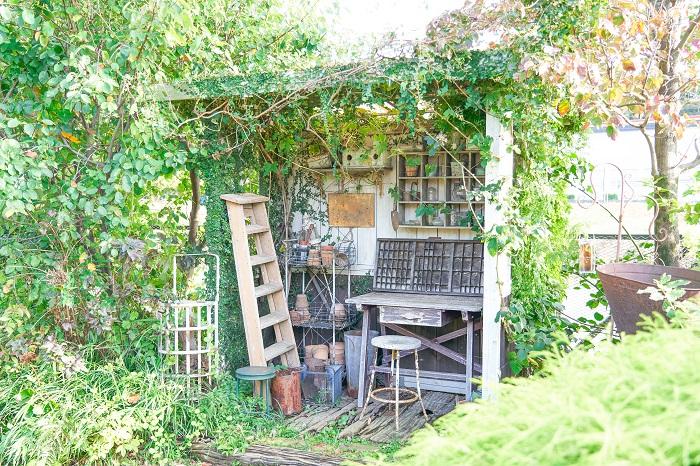 父がフローラ黒田園芸の社長です。店の敷地内にある小屋などのデザインは一緒に考えるんですが、作っているのはほとんど父です。DIYが得意なんです。敷地内の木の剪定も父がささっとやっています。弟はフローラ黒田園芸のバイヤーで、植物全般と鉢や雑貨を仕入れています。私は、寄せ植え作りや広報的な担当をしている感じで、それぞれの得意分野を活かして役割分担しています。