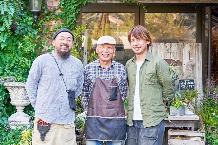 写真左から、弟の黒田和義さん、お父様の黒田諭さん(フローラ黒田園芸社長)、黒田健太郎さん 今は父親と弟と私と、数名の従業員でお店をやっています。両親が一年草のポット苗や植木の生産を始め、その後売店という形になりフローラ黒田園芸ができました。