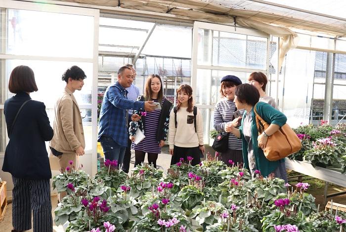「1カ月後にはシクラメンの花がさらにボリュームアップするので、農園全体にブルーの色が占める割合が強まるんですよ!」と、高橋さんに昨年の写真を見せてもらい、一同「すごいー!!」と盛り上がりました。